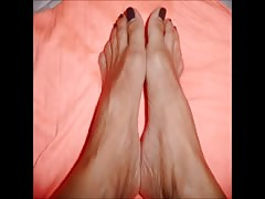 Nia moves her sexy (size 37) feet
