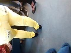 La de amarillo tiene uun culote