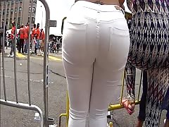 love those white jeans